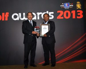 Dato' Goon (L) receiving the Best Maintained Golf Course Award